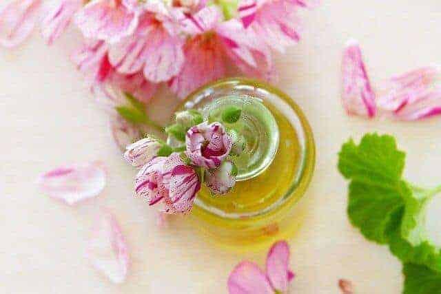 olejek różany z płatkami róż