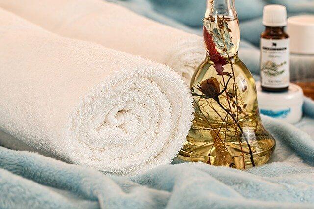 olejek z drzewa herbacianego z białym ręcznikiem