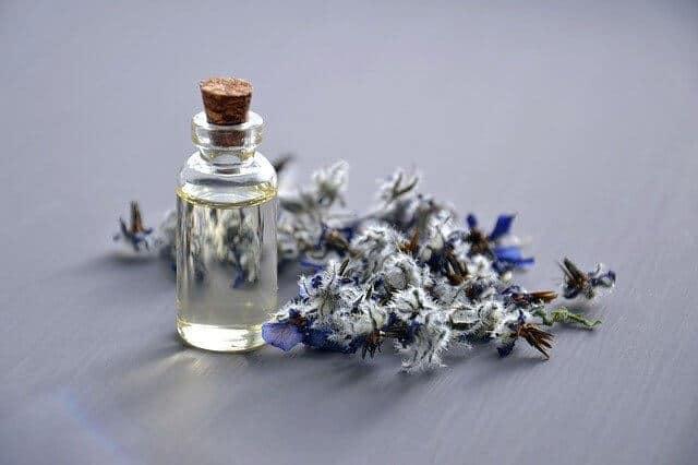 Olejek do masażu z fioletowym kwiatem