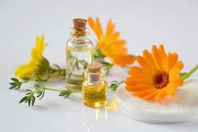 Olejek eterycznydo masażu wśród pomarańczowych kwiatów