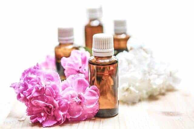 Olejki do masażu wśród białych i różowych kwiatów